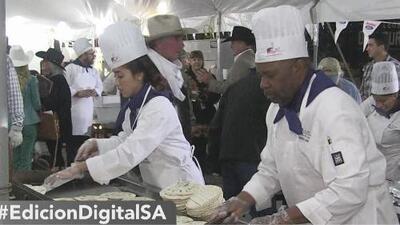 Miles acuden al desayuno vaquero con tacos y café gratis