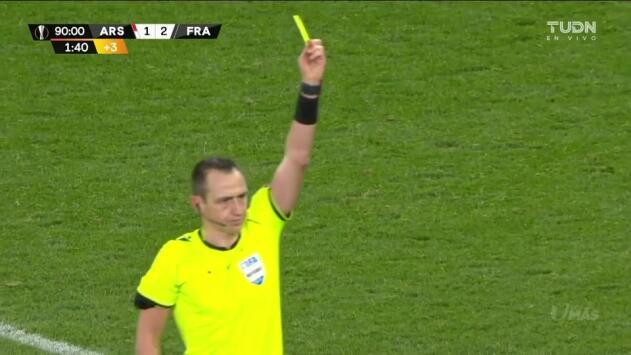Tarjeta amarilla. El árbitro amonesta a Gonçalo Paciência de Eintracht Frankfurt
