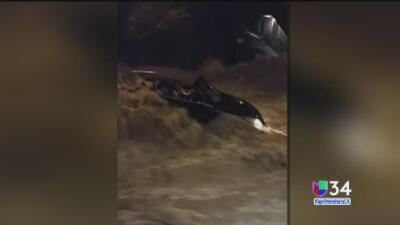 Cadena humana salva a mujer en plena inundación