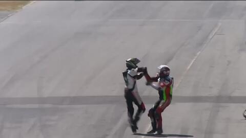 Pilotos se pelean en medio de la pista de un campeonato de motos en Costa Rica