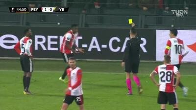 Tarjeta amarilla. El árbitro amonesta a Luis Sinisterra de Feyenoord