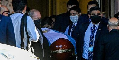 Estalla la indignación en Argentina por trabajadores que se hicieron fotos junto al cuerpo de Maradona en la funeraria
