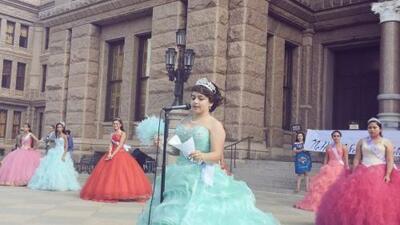 Quinceañeras protestan en contra de la ley SB4 en Texas