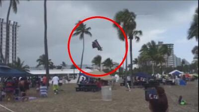 Tornado hace volar un castillo inflable con tres niños en Fort Lauderdale