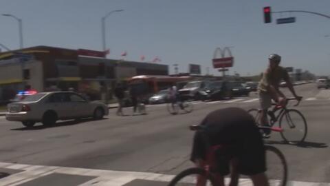 Captado en cámara: El momento en el que un auto se lanza en contra de un grupo de ciclistas
