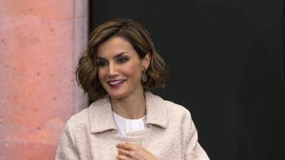 La reina Letizia visita a Penélope Cruz en el rodaje de 'La Reina de España'