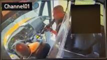 """¡Cierre la puerta! ¡Maneje!"""": un hombre con un rifle secuestra un autobús escolar con 18 niños"""