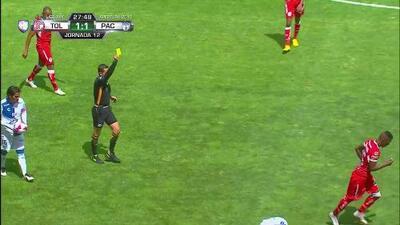 Tarjeta amarilla. El árbitro amonesta a Cristian Borja de Toluca