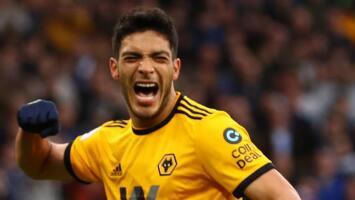 Así se trata un ídolo: Seguidores de los Wolves defienden a Raúl Jiménez