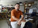 """""""Si no fuera por DACA no estaría aquí"""": cómo este maestro convirtió el ser indocumentado en una herramienta positiva para sus clases"""