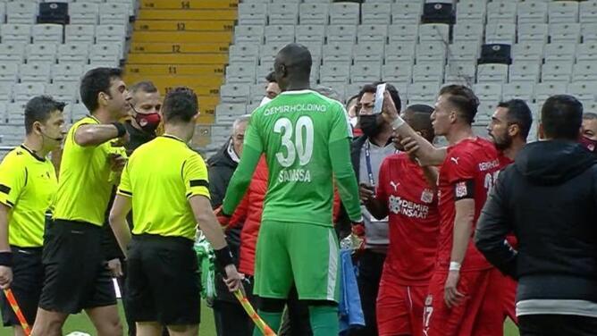 ¡Jugador muestra celular al árbitro y es expulsado en Turquía!