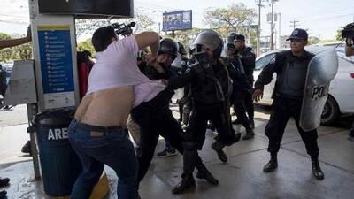 Policía de Nicaragua reprime violentamente una protesta opositora y detiene a más de 100 manifestantes