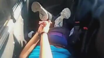 Imágenes fuertes: el polémico arresto de una mujer afroamericana que clama ayuda porque no puede respirar