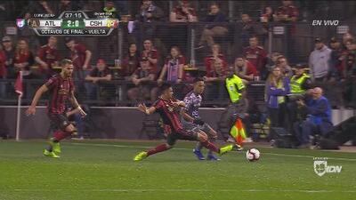 Un canchero Pity Martínez tira soberbia patada y ningunea al árbitro
