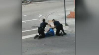 En video: Oficial impacta accidentalmente a su compañero con una pistola eléctrica durante un arresto