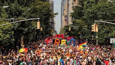 Miles de personas celebraron el orgullo gay en el icónico bar Stonewall de Manhattan
