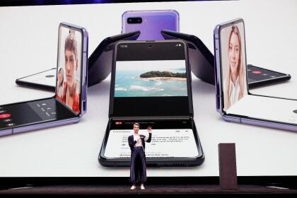 Ese modelo, que se puede comprar por cerca de 2,000 dólares, se dobla sobre un pliegue vertical, a diferencia del nuevo Galaxy Z Flip, que lo hace horizontalmente.