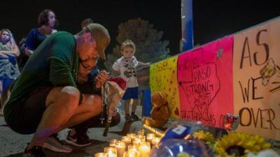 ¿Influyó la retórica de Trump en el tiroteo que mató a 22 personas en El Paso? Los votantes hispanos creen que sí