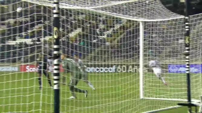 ¡TIRO ATAJADO! disparo por Jamiro Monteiro.