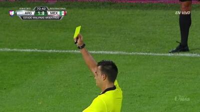 Tarjeta amarilla. El árbitro amonesta a Walter Kannemann de Argentina