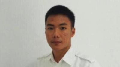 Aunque temblaba, él se aseguró de que el avión despegara, luego murió: recuerdan como héroe a este controlador aéreo en Indonesia