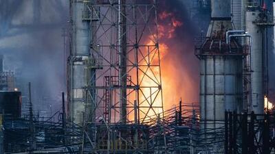 Se desata un gran incendio en la refinería más grande de la costa este de EEUU