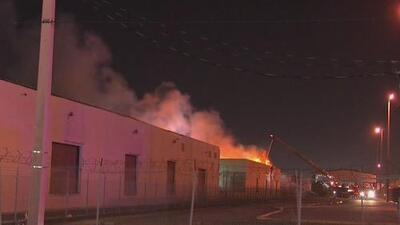 Voraz incendio consume un almacén de gabinetes de cocina en Hialeah
