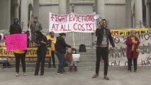 Inquilinos piden ayuda a concejales de Los Ángeles para frenar a los caseros que amenazan con desalojos