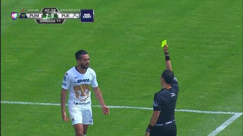 Tarjeta amarilla. El árbitro amonesta a Luis Quintana de Pumas UNAM