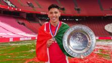 Edson, vitoreado por fans del Ajax tras ganar la Eredivisie