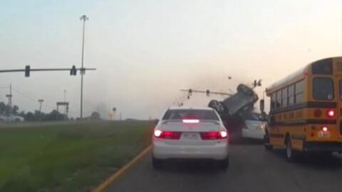 Un auto da volteretas en el aire y choca contra un autobús luego de que el conductor perdiera el control
