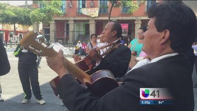 Seguidores de Juan Gabriel cantan sus canciones en Garibaldi al ritmo de mariachi