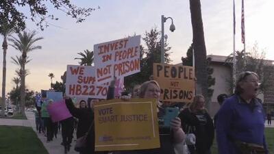 Expresidiarios y familias de presos exigen la aprobación de una medida que reduciría las sentencias en Arizona
