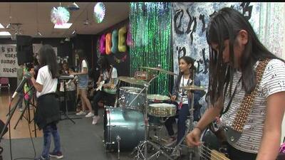 Este campamento de verano empodera a niñas latinas que se mueven a ritmo de rock en Los Ángeles
