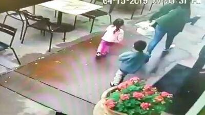 """""""Video aterrador"""": mujer y sus dos hijos se salvan por centímetros de ser atropellados frente a restaurante de Napa"""