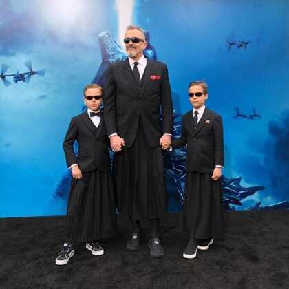 """A través de  <b><a href=""""https://www.instagram.com/miguelbose/"""" target=""""_blank"""">su perfil en Instagram</a></b>, el juez de  <b>Pequeños Gigantes </b>compartió una serie de imágenes con sus retoños, junto a las cuales agregó: """"Con mis hijos Tadeo y Diego en el estreno mundial de 'Godzilla' en Los Ángeles""""."""