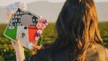 El emotivo homenaje que rinde una hija a sus padres trabajadores del campo tras graduarse de la universidad en California