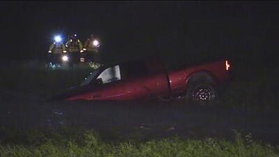 Las corrientes generadas por las fuertes lluvias arrastraron a un vehículo, bomberos verifican si hay personas al interior