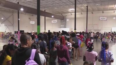 Miles de estudiantes de bajos recursos reciben uniformes y útiles para el regreso a clases en el condado de Miami-Dade