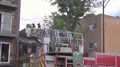 Bomberos de Chicago trabajan para controlar un incendio que afectó un edificio de apartamentos en Albany Park