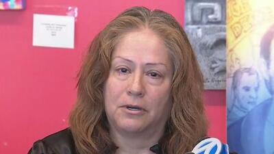"""""""Era trabajador, responsable"""": entre lágrimas mujer pide justicia por la muerte de su esposo cuando compraba un celular"""