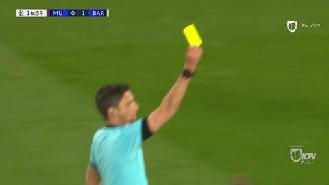 Tarjeta amarilla. El árbitro amonesta a Sergio Busquets de Barcelona