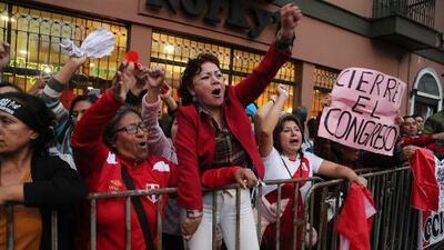 Decenas de personas llegan hasta el Parlamento peruano en apoyo a la decisión de Vizcarra de disolver el Congreso