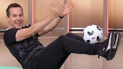 Carlos Calderón nos mostró qué tan bueno es para dominar el balón con esta rutina de ejercicios