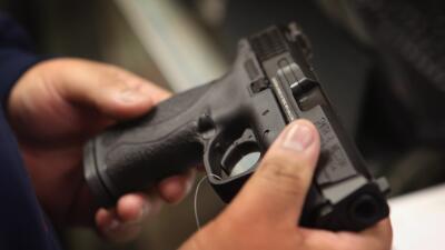 Profesor de la secundaria de Parkland dejó su pistola cargada en un baño público