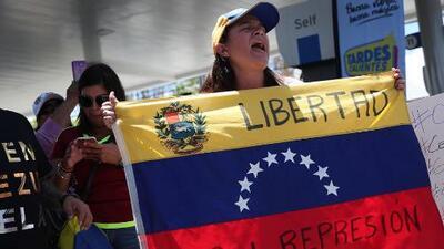 """Venezolanos en Miami se dieron cita para seguir en detalle la """"Operación Libertad"""", la cual catalogaron como """"histórica"""""""