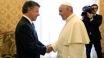 El papa Francisco reza a todos los santos por el presidente Juan Manuel Santos