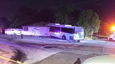 En Un Minuto Houston: Un autobús de Metro terminó incrustado en una casa tras ser impactado por otro vehículo
