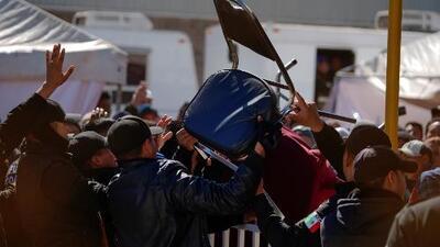 En medio de disturbios, migrantes alegan que se sienten como presos en un albergue en Coahuila