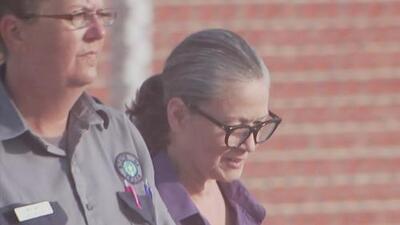 Sonriendo, así salió en libertad condicional la odontóloga acusada de asesinar a su esposo en 2002